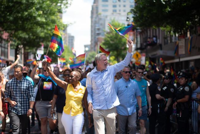 紐約市長白思豪(前排右)攜夫人麥克蕾參加遊行。(市長辦公室提供)