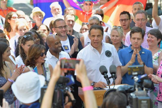 紐約州長葛謨(發言者)在遊行現場簽署法案,禁止刑事犯罪嫌疑人在庭上利用被害人性取向為自己辯護。(州長辦公室提供)