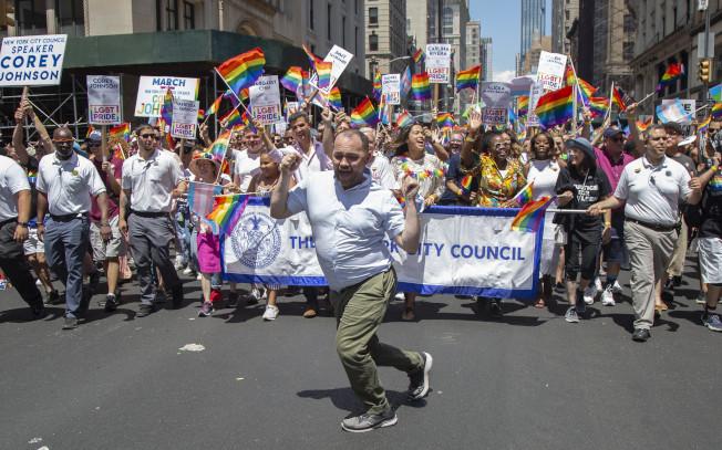 身為男同性戀和愛滋病帶原者的市議長張晟在遊行中熱舞。(市議會提供)