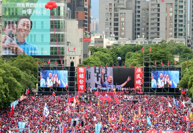 高雄市長韓國瑜6月30日晚在新竹舉辦第五場造勢活動,主辦單位宣布現場湧進22萬人;國民黨另一位總統初選參選人郭台銘的大型看板設置在舞台左上方。(記者侯永全/攝影)