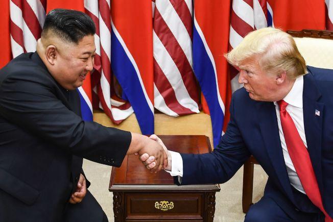 川普總統與北韓領導人金正恩,6月30日在非軍事區板門店進行會談。雙方同意恢復廢核對話。(Getty Images)