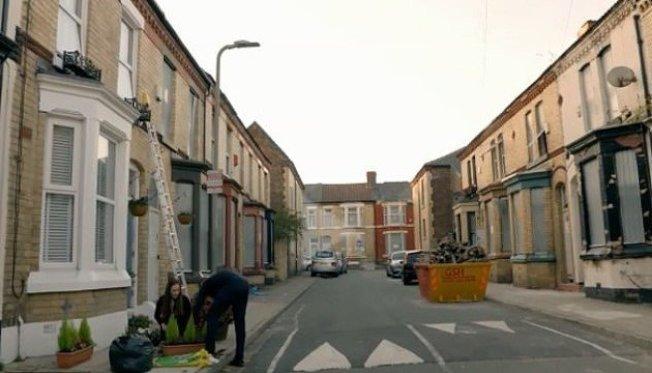 英國一家5口以銅版價購入一間3房老屋,並砸下大錢翻修、裝潢,但入住之後卻發現住家附近宛如「鬼街」,因此後悔不已。圖截自每日郵報