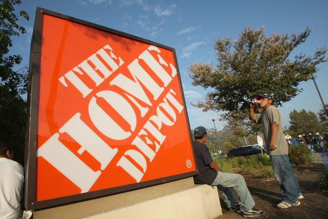 連鎖家居建材店家得寶及Lowe's早在7月4日前一個星期就開始特賣,土壤的覆蓋料、燒烤爐、油漆、剪草機、家電、其他工具及花園用品等都在減價促銷之列。(Getty Images)