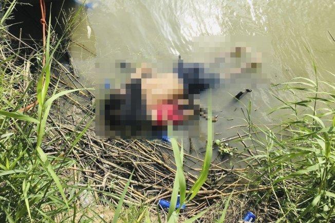 墨西哥《每日新聞報》24日在頭版刊出這張相片,1名薩爾瓦多移民男子和他23個月大的女兒,並排俯臥陳屍在美墨邊境的格蘭河岸。美聯社