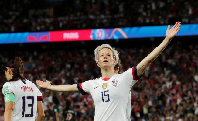 拉皮諾在球場上張開雙臂的勝利手勢已掀起風潮,並被足球界視為象徵性時刻。路透
