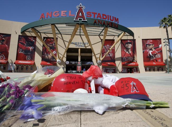 美國職棒洛杉磯天使隊投手史凱格斯今天早晨在飯店房間過世,球迷們心痛不捨獻花致敬。(美聯社)