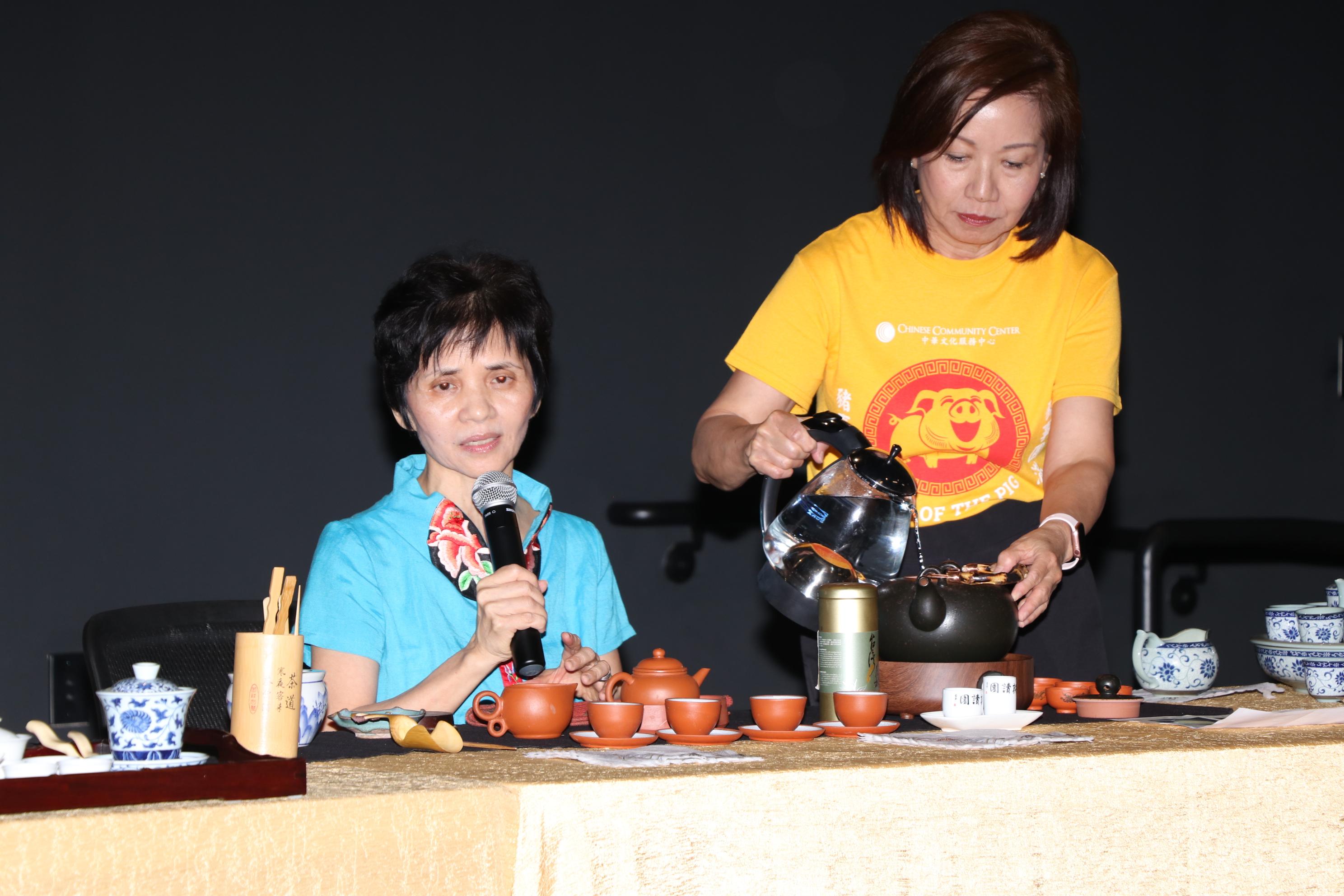 嚴秋美(左)以「茗茶藝術」與民眾分享泡茶的樂趣。右為恆豐銀行退休副總裁Linna,擔任義工服侍茶水。