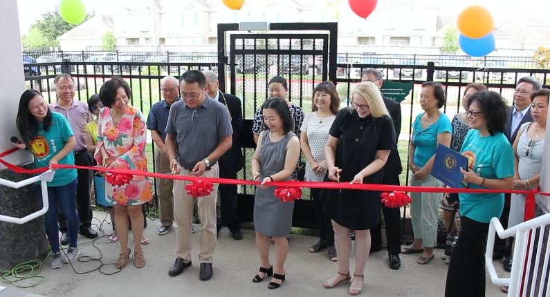 慈心家庭看護中心(Advanced Healthcare Professionals, Inc.)捐贈10萬元建設的全新「文心雙語幼兒園戶外操場」剪綵啟用。