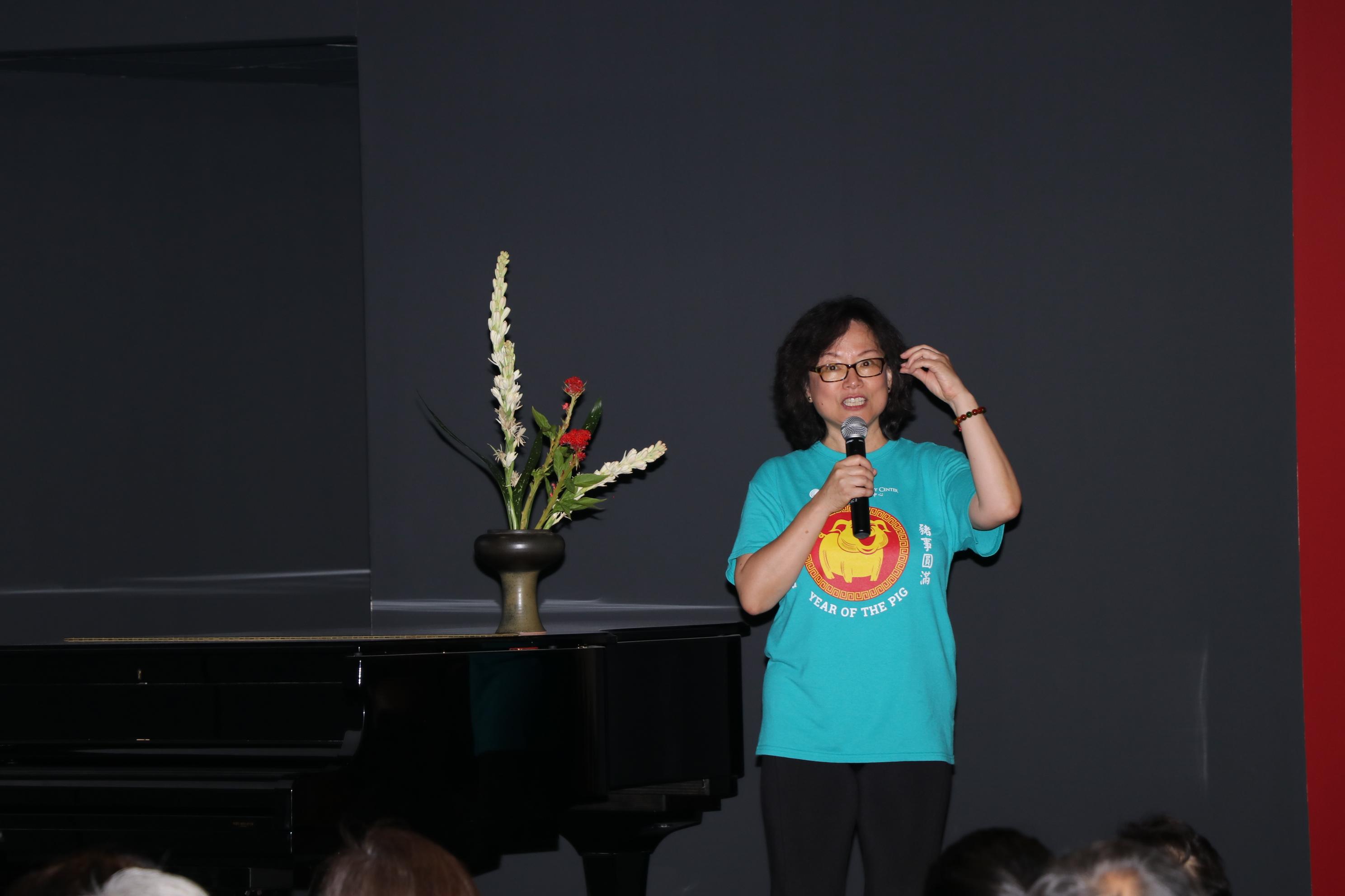 中華文化中心執行長華啟梅致詞,感謝所有義工及捐贈者,讓中華文化中心40周年更具意義。