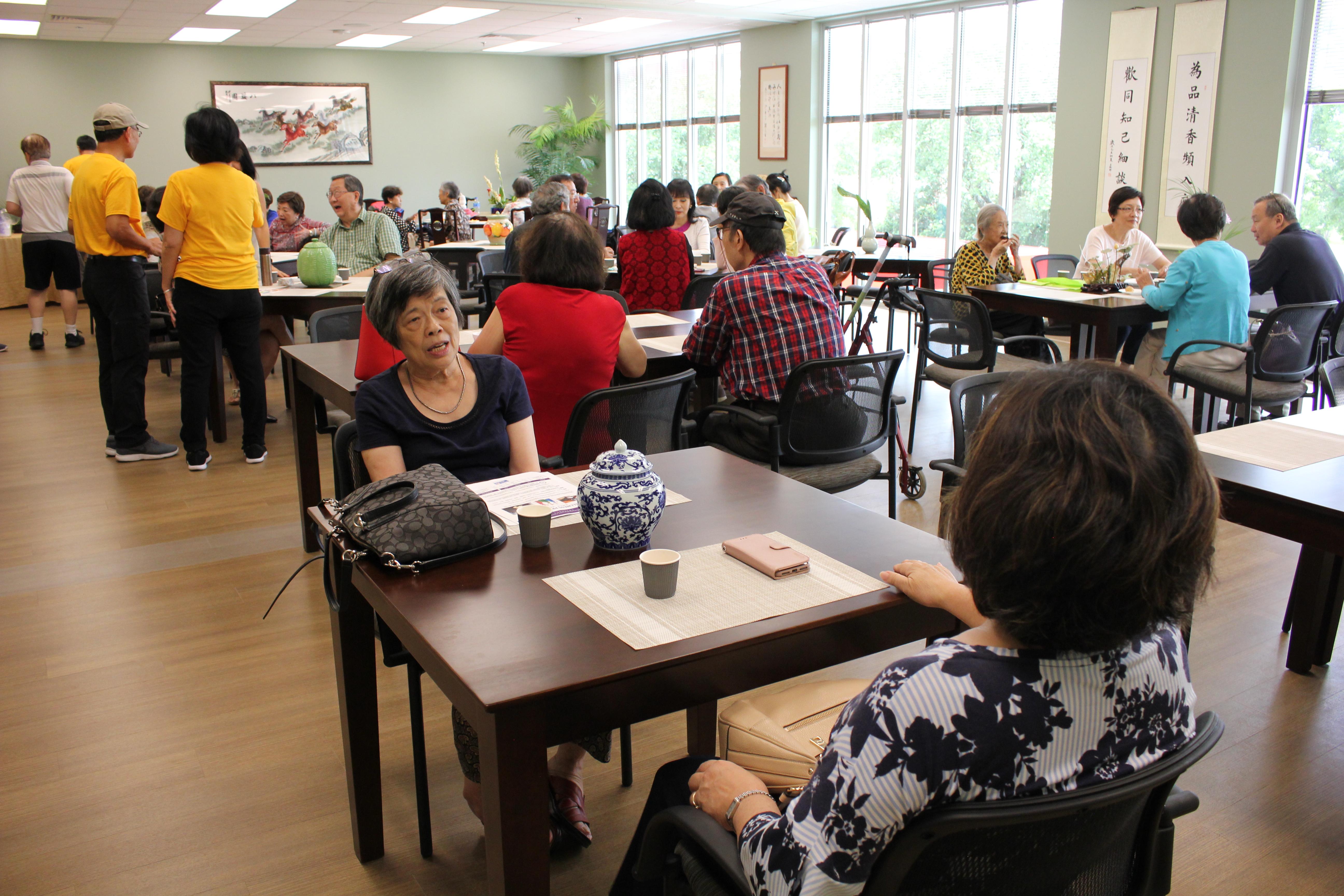 中華文化中心的「茶館」採會員制,民眾可在此窗明几淨的環境中談天說地。