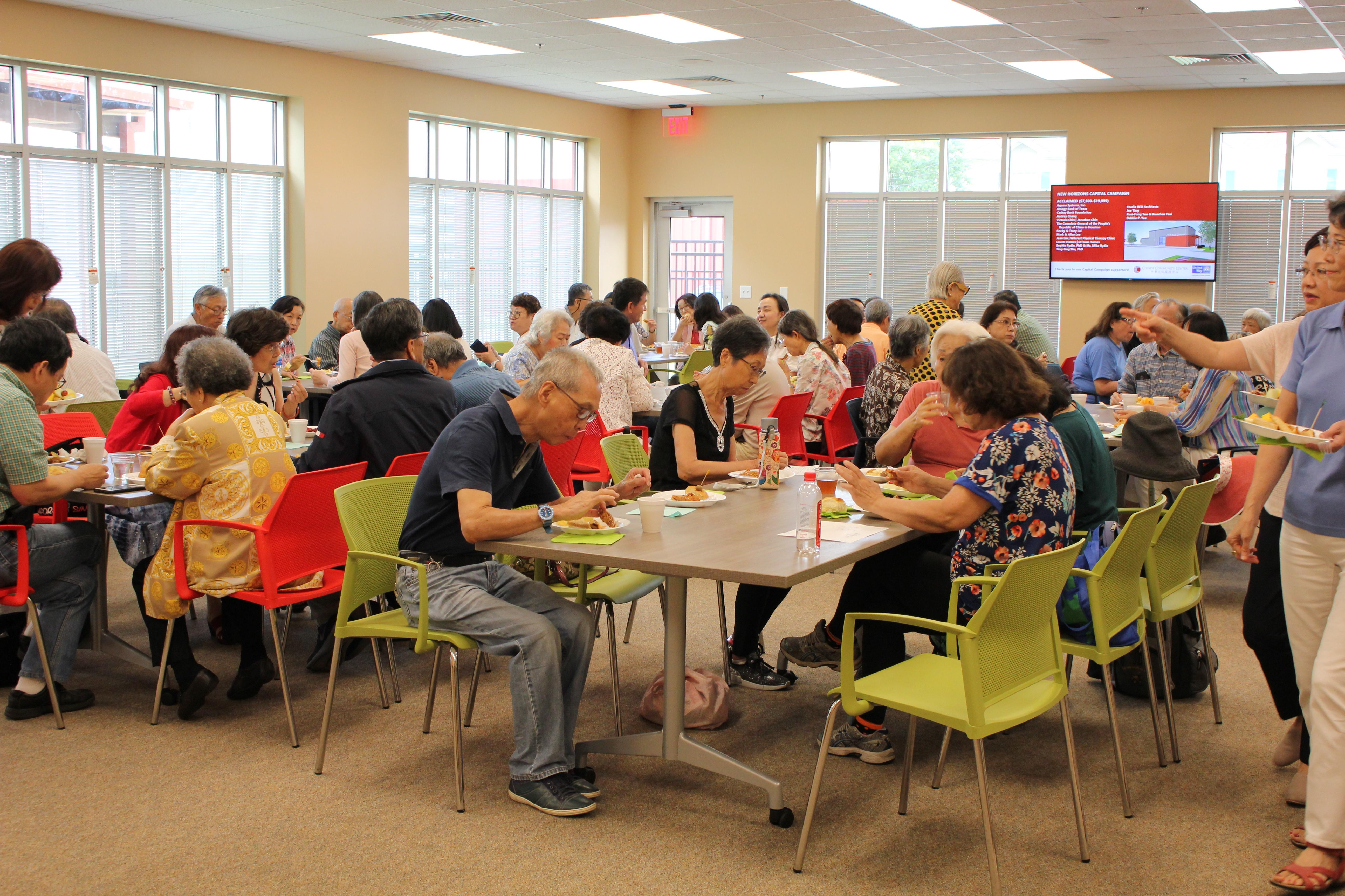 長者活動中心的餐廳採光明亮空間寬敞,特聘名師掌廚,食物美味而且營養。