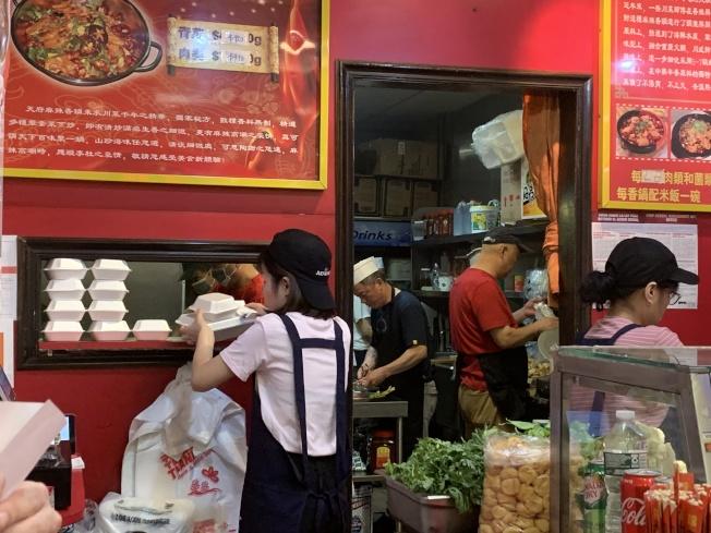 執法當天仍有業者忘記禁令,持續派發保麗龍餐具給顧客。(記者賴蕙榆/攝影)