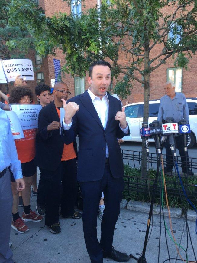 交通維權組織連同市議員鮑沃斯1日舉行集會,要求提起訴訟的居民撤訴。(Transportation Alternative提供)