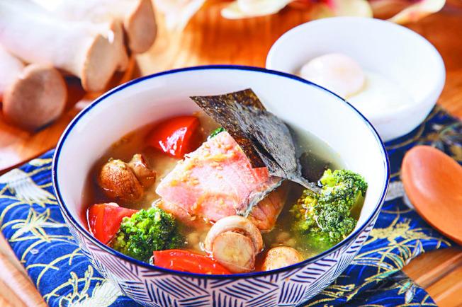 日式香蒜鮭魚茶泡飯。(圖:美威鮭魚提供)