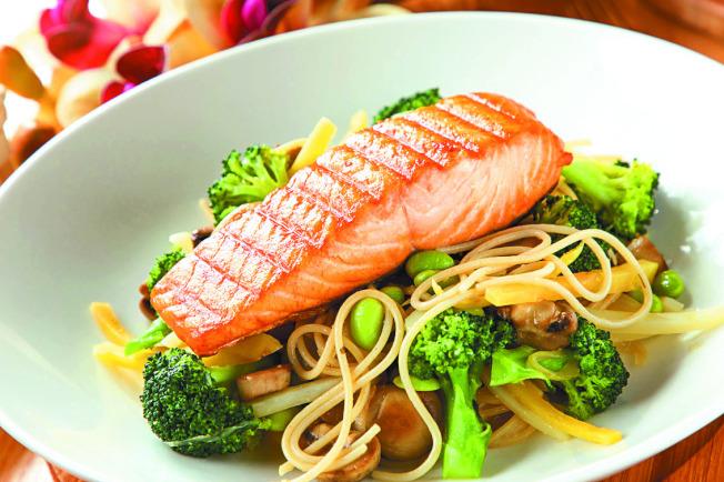 法式香蒜鮭魚鮮蔬義大利麵。(圖:美威鮭魚提供)
