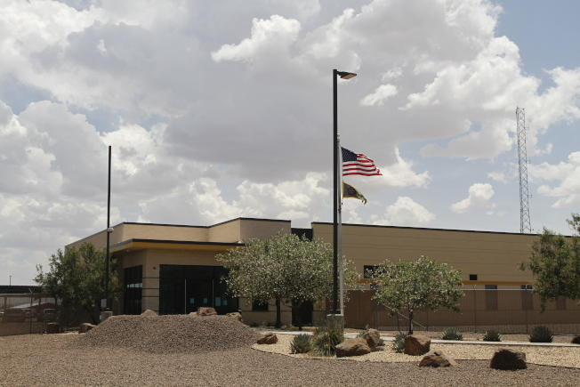 圖為關押12歲女童達12天之久的德州克林鎮的邊境巡邏站。(美聯社)