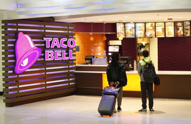連鎖墨西哥快餐店塔克鐘在加州棕櫚泉開一家只營業幾天的「快閃」旅館,70個房間一接受訂房,兩分鐘內就被搶光。( 美聯社)
