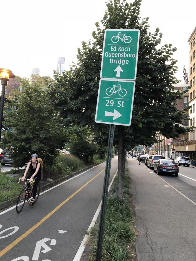 市警開啟針對機動車擠占單車道的大執法。(記者洪群超/攝影)