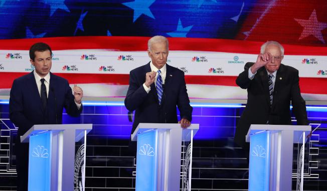 桑德斯(右)雖在第二季募得1800萬元,但落後布塔朱吉(左);圖為上月27日參選人首場辯論一景,中為前副總統白登。(美聯社)