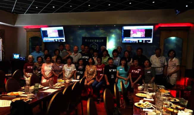 休士頓師大校友會舉辦校慶聚會並歡迎華僑文教服務中心主任陳奕芳,30多位校友出席,場面熱鬧。(休士頓師大校友會提供)