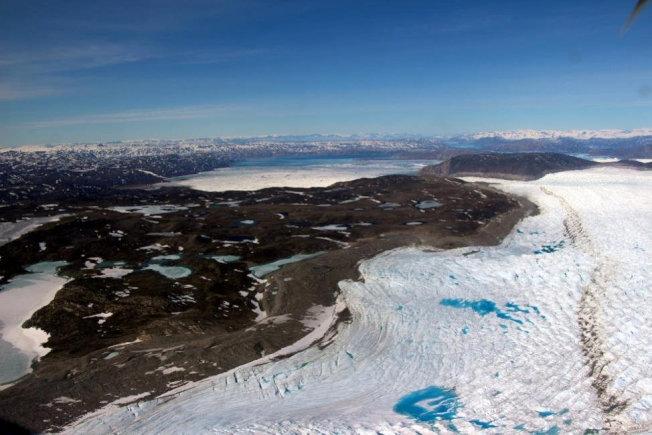 受全球氣候暖化影響,靠近北極圈的格陵蘭冰層大量融解,露出大片沙地。(路透)