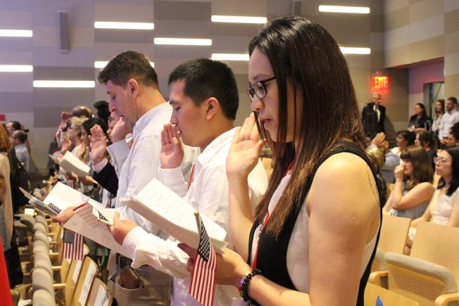 张贺与朱燕平宣读效忠誓言。(记者张晨/摄影)