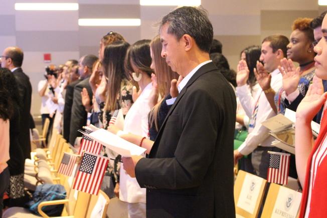 芦苇宣读效忠誓言。(记者张晨/摄影)