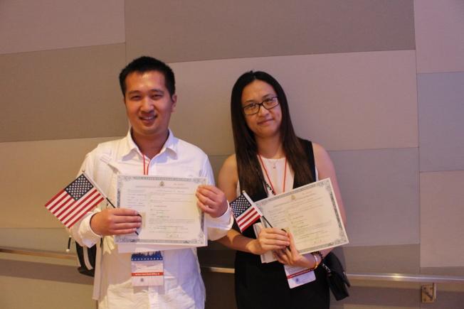 张贺(左)与朱燕平正式入籍成为公民。(记者张晨/摄影)