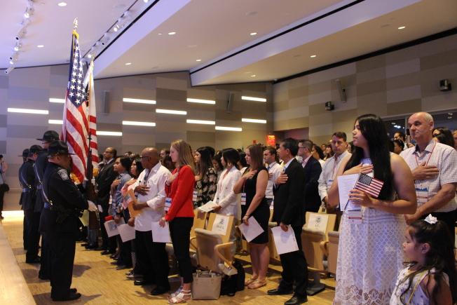 52位新公民在入籍儀式上齊唱美國國歌。(記者張晨/攝影)