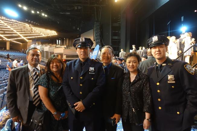 貝念宗(左三)與家人在畢業典禮。(記者金春香/攝影)