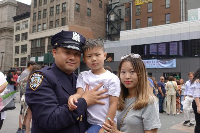 蔣天明與妻子和兒子。(記者金春香/攝影)