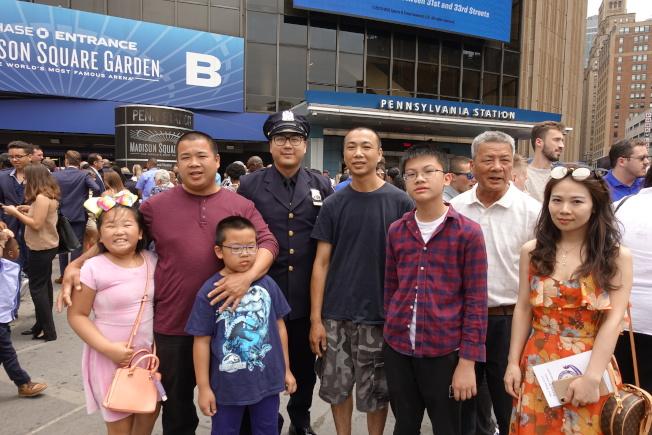 李名華(左四)與家人慶祝畢業。(記者金春香/攝影)