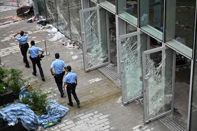 香港警方2日在被撞碎的立法會門口巡邏。(Getty Images)