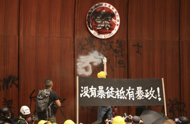 香港反送中示威者晚間衝進立法會占據議事廳,並在會場塗鴉,直到2日凌晨才遭大批港警強勢清場。(特派記者許正宏/攝影)