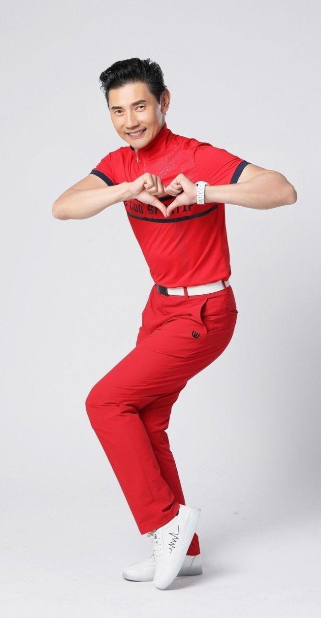 包偉銘穿著紅衣紅褲,相當喜氣。(圖:翰森娛樂提供)