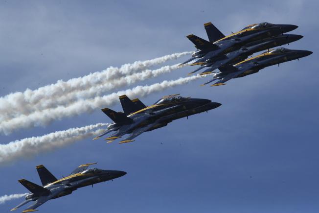 國慶當天,「海軍藍天使」戰機將飛越華府上空。 圖為2018年10月「海軍藍天使」在舊金山練習飛行。(美聯社)
