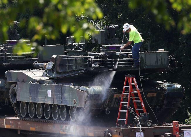 將在國慶日亮相的美軍艾布蘭式主力坦克,已運抵華府,圖為工作人員正在清洗戰車。(Getty Images)