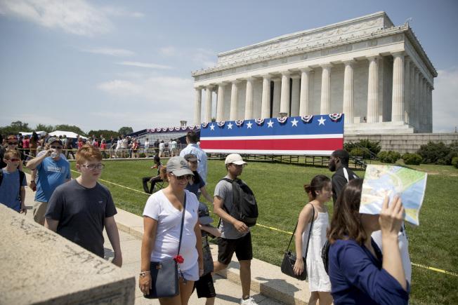 川普總統將在林肯紀念堂前面發表國慶日演說,圖為遊客走過林肯紀念堂。(美聯社)
