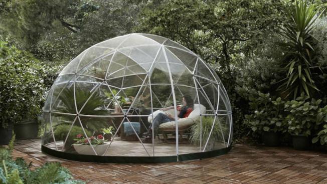 12呎的花園圓頂透明屋售價1200元,可作為溫室、遊樂亭和涼亭。(取材自亞馬遜網站)
