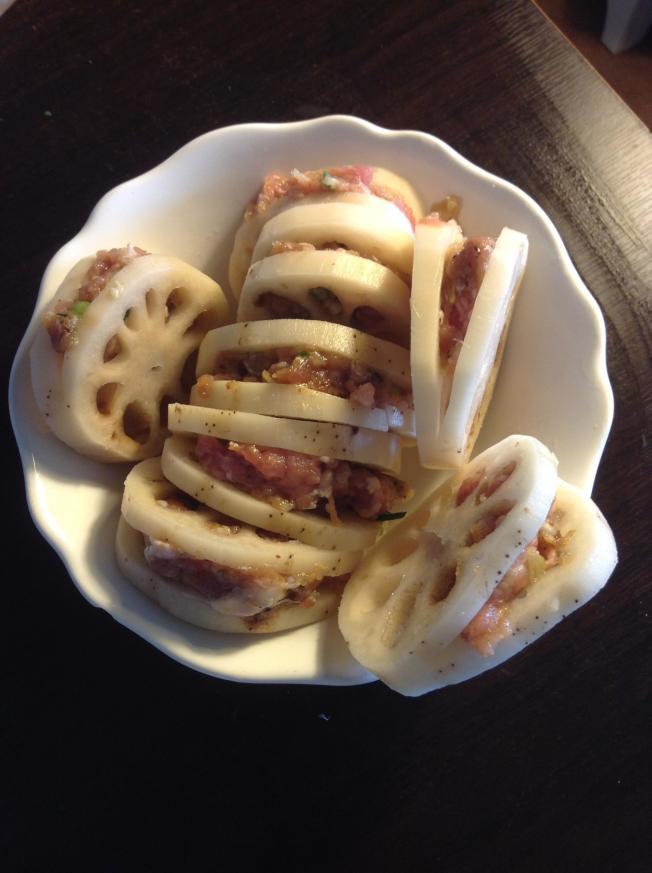 3.蓮藕片夾肉餡,稍微按壓一下以固定。