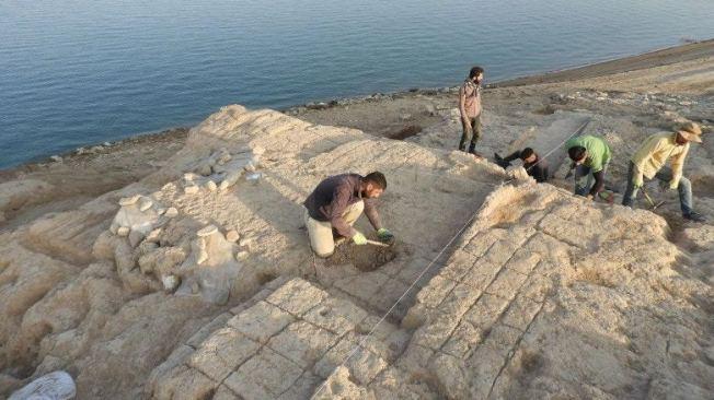 考古團隊在遺跡進行研究工作。(取材自University of Tübingen eScience Cente/Kurdistan Archaeology Organization網站)