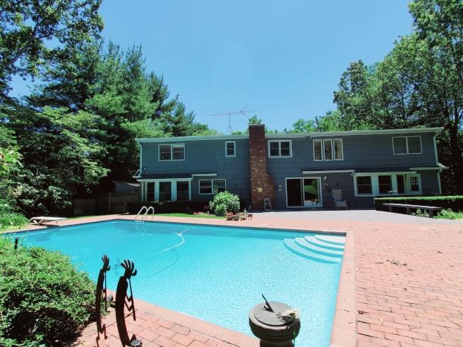 該屋鬧中取靜,備游泳池,且為超好的學區。