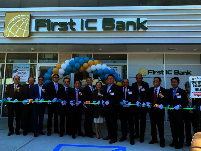 第一IC銀行總裁暨執行長金東郁(左七)帶領董事及賓客,為Bayside第一IC銀行紐約分行剪綵開幕。