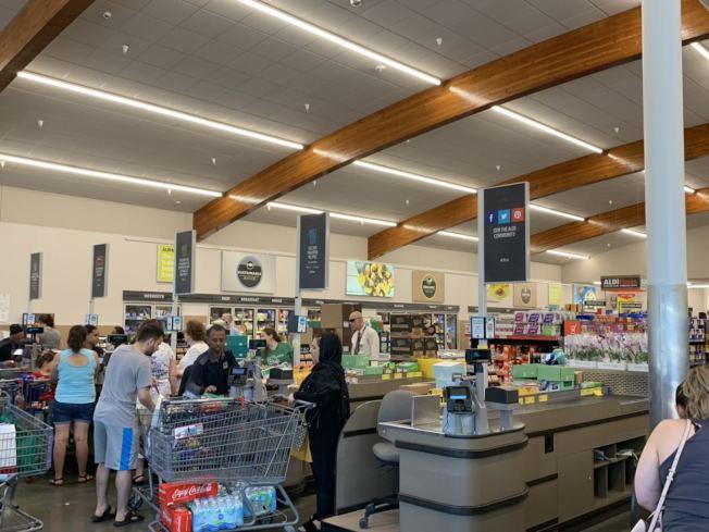 為準備歡度國慶假期,不少華府居民到超市採購,圖為超市結賬台大排長龍。(記者張筠 / 攝影)
