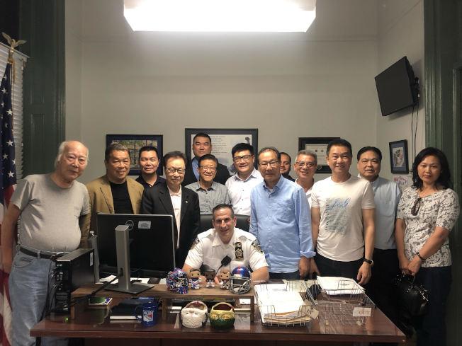 美國繁榮華埠總會與美國篤親公所拜會五分局局長。(記者張晨/攝影)