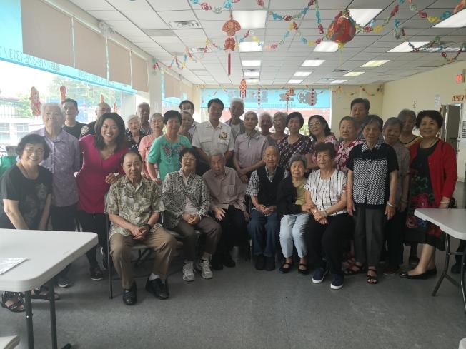 鄭生(第二排左五)拜訪老人中心的華裔耆老們。(記者黃伊奕/攝影)