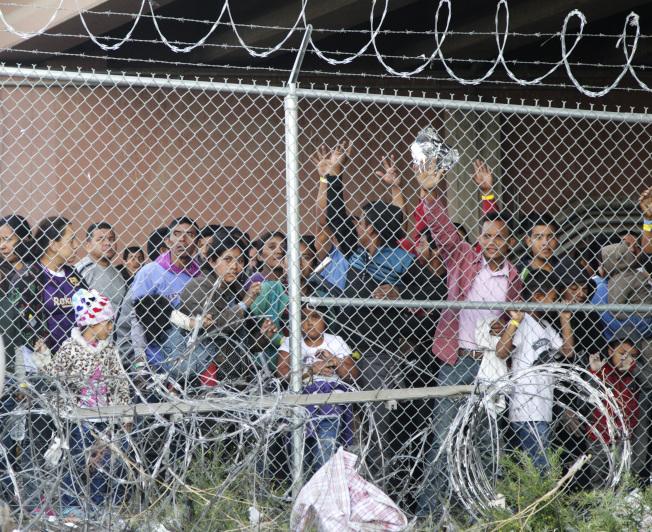 在美墨邊界被捕的無證移民,等待他們的命運。(美聯社)