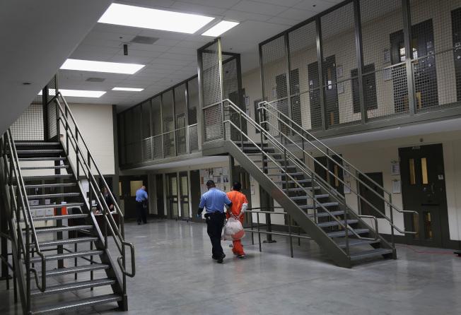 被捕的無證移民,送進加州一座戒備森嚴的拘留中心。(TNT)