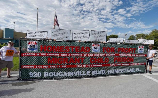 維權人士在佛州一所移民拘留中心前舉牌抗議。(Getty Images)