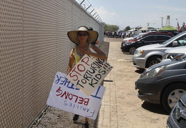維權人士在德州一所移民拘留中心前舉牌抗議。(美聯社)